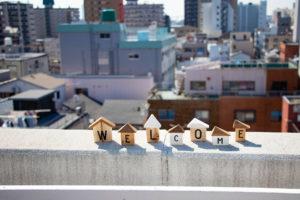 都会の景色とWELCOMEの積み木