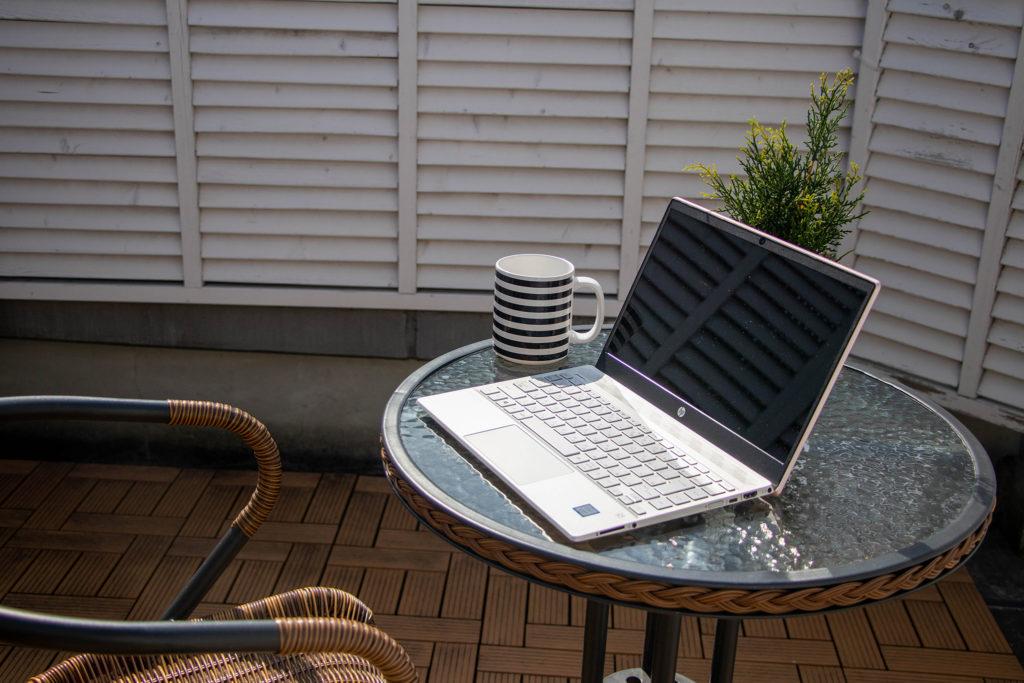 ガラスの丸テーブルとパソコン