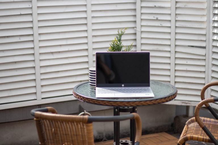 ガラスのテーブルの上のノートパソコン