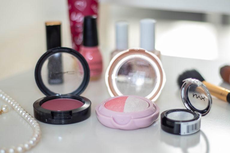 化粧品雑貨とパールのネックレス