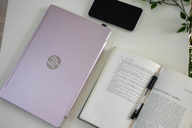 ノートパソコンとスマホと本