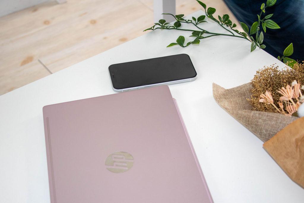 ノートパソコンとスマートフォン