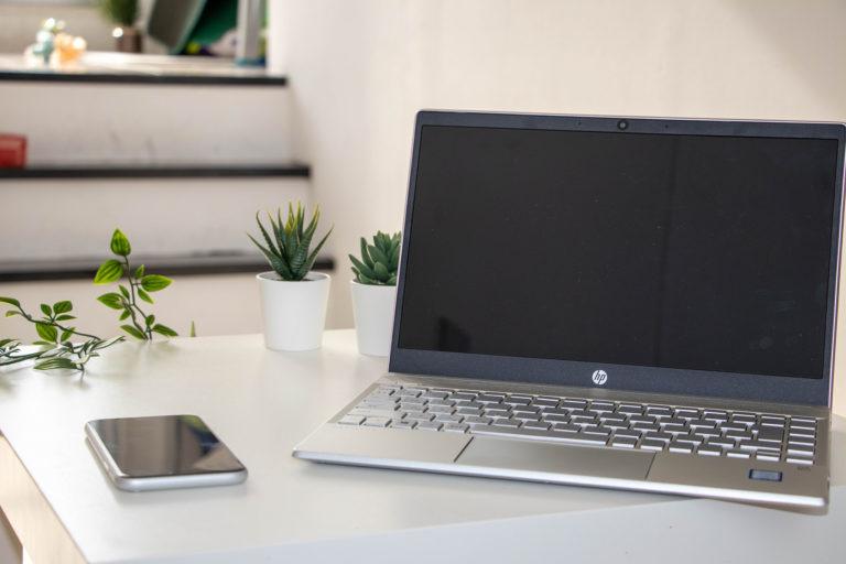 観葉植物とスマートフォン・ノートパソコン
