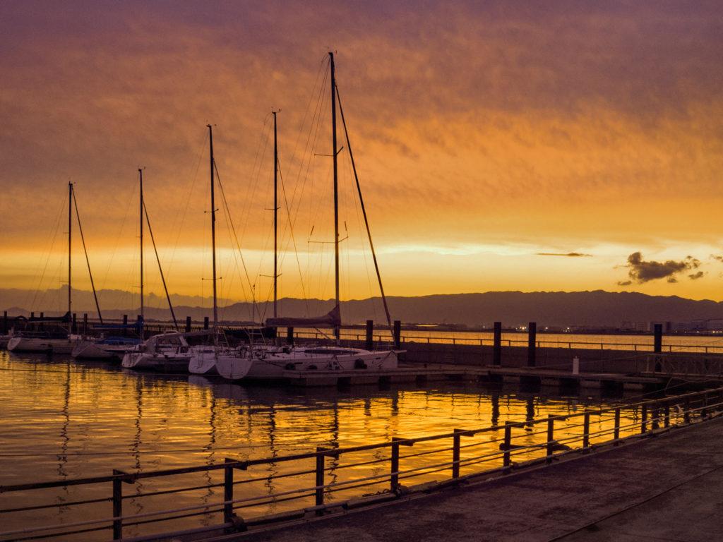 夕焼けで赤く染まる北港ヨットハーバー