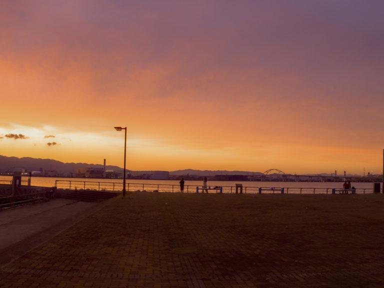 夕焼けで一面赤く染まる北港マリーナ