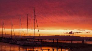 夕焼け空と北港マリーナのヨット
