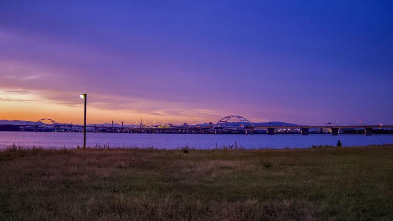 北港マリーナの暮れ行く空と河口